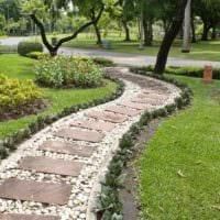 вариант применения ярких садовых дорожек в ландшафтном дизайне фото