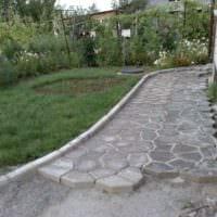 идея применения необычных садовых дорожек в ландшафтном дизайне фото