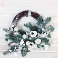 идея применения яркого стиля новогоднего венка своими руками фото