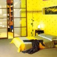 пример использования красивого желтого цвета в дизайне комнаты картинка