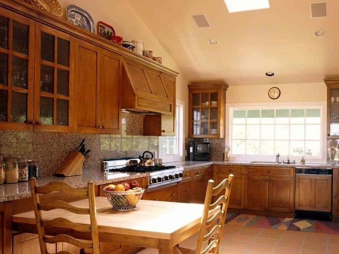 вариант светлого декора кухни в деревянном доме