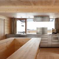 идея светлого дизайна кухни в деревянном доме картинка