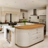 вариант красивого интерьера кухни в загородном доме фото