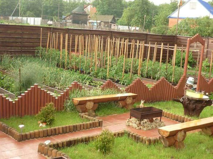 идея необычного декора огорода в частном дворе