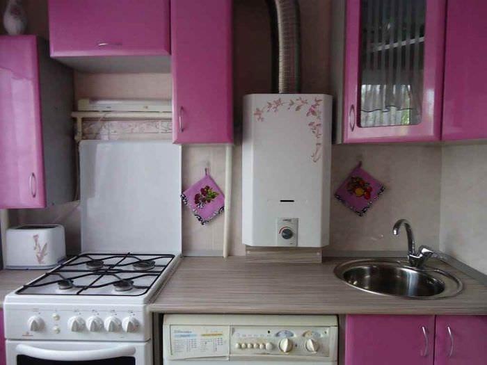 вариант необычного дизайна кухни с газовой колонкой