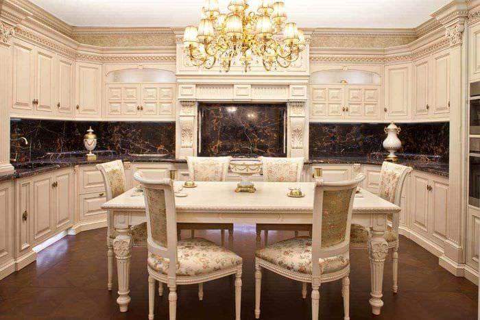 вариант красивого интерьера кухни в классическом стиле