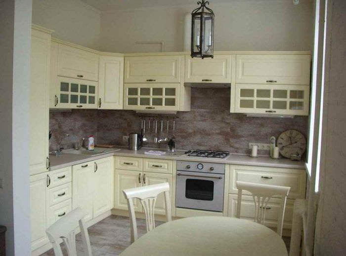 вариант светлого интерьера кухни 10 кв.м. серии п 44