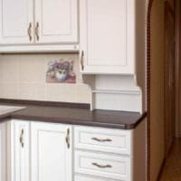 вариант светлого стиля кухни с газовой колонкой картинка