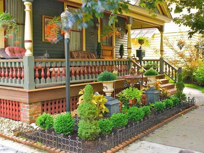 идея светлого дизайна палисадника в частном дворе