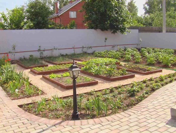 вариант красивого декора огорода на даче