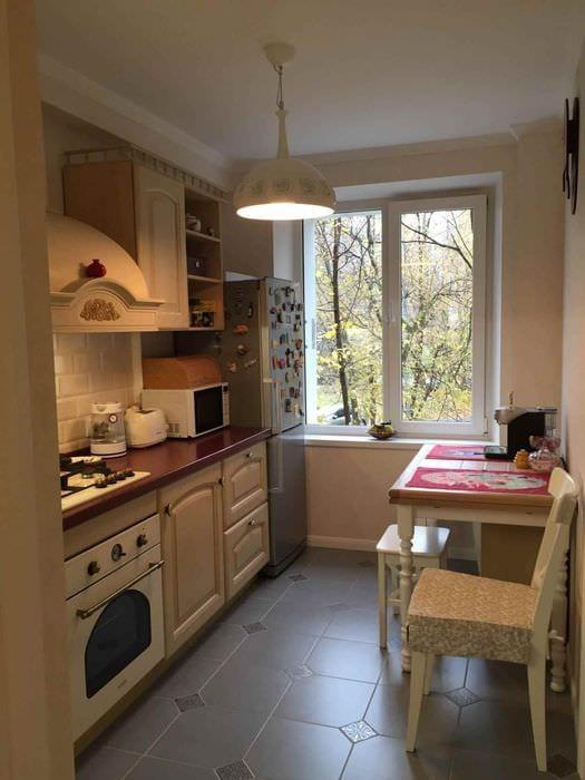 пример яркого интерьера кухни 7 кв.м