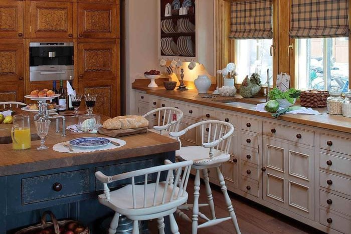 идея светлого стиля кухни в деревянном доме