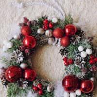 пример использования красивого дизайна новогоднего венка своими руками фото