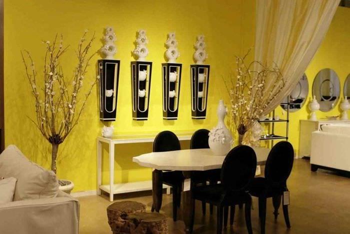 пример применения красивого желтого цвета в декоре комнаты