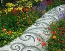 идея применения ярких садовых дорожек фото