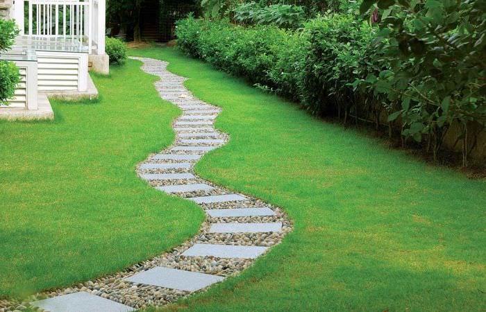 идея использования светлых садовых дорожек в ландшафтном дизайне