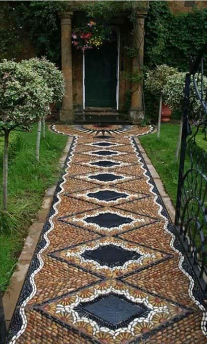 пример применения ярких садовых дорожек в ландшафтном дизайне