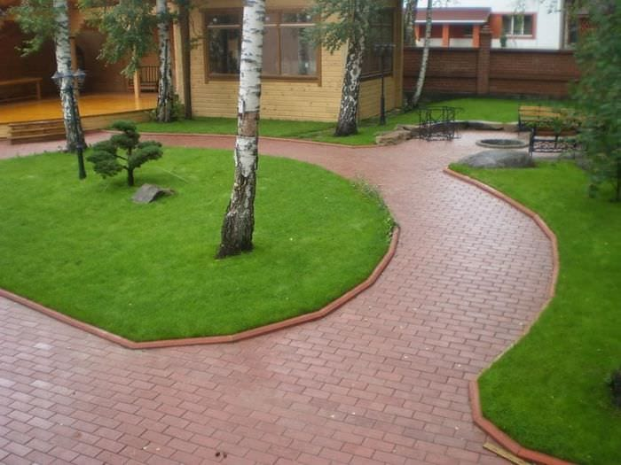 идея применения ярких садовых дорожек