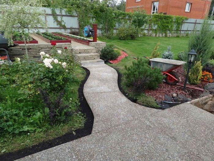 пример применения красивых садовых дорожек в ландшафтном дизайне