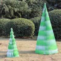 идея создания яркой елки из бумаги самостоятельно фото