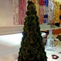 идея создания светлой елки из картона самостоятельно фото