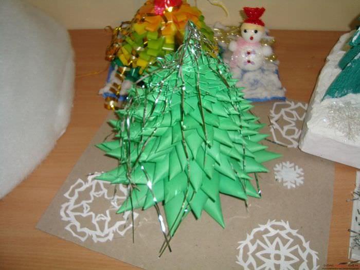 идея создания яркой елки из картона самостоятельно