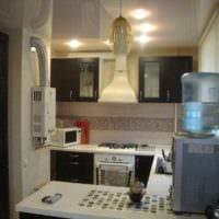 идея светлого декора кухни с газовой колонкой картинка