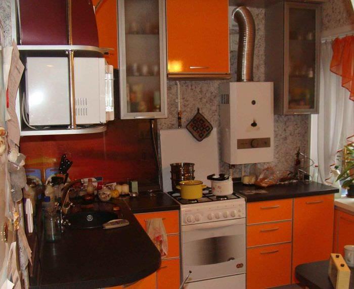 пример светлого декора кухни с газовой колонкой