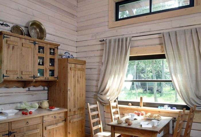 пример необычного декора кухни в деревянном доме
