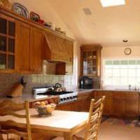 вариант светлого дизайна кухни в загородном доме картинка