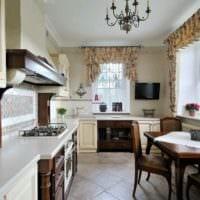 пример яркого интерьера кухни в загородном доме фото