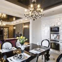 пример яркого интерьера кухни в загородном доме картинка