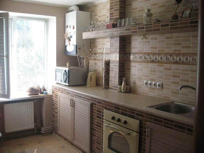 вариант красивого интерьера кухни с газовой колонкой