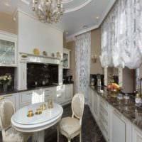 пример светлого дизайна кухни в загородном доме картинка