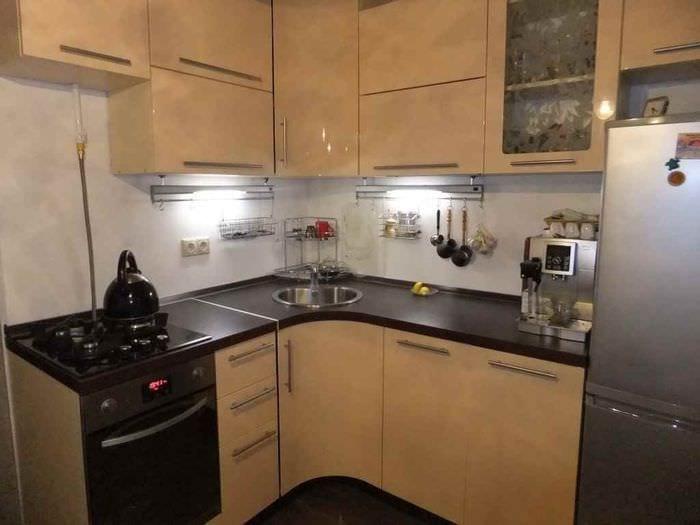 идея светлого стиля кухни 7 кв.м