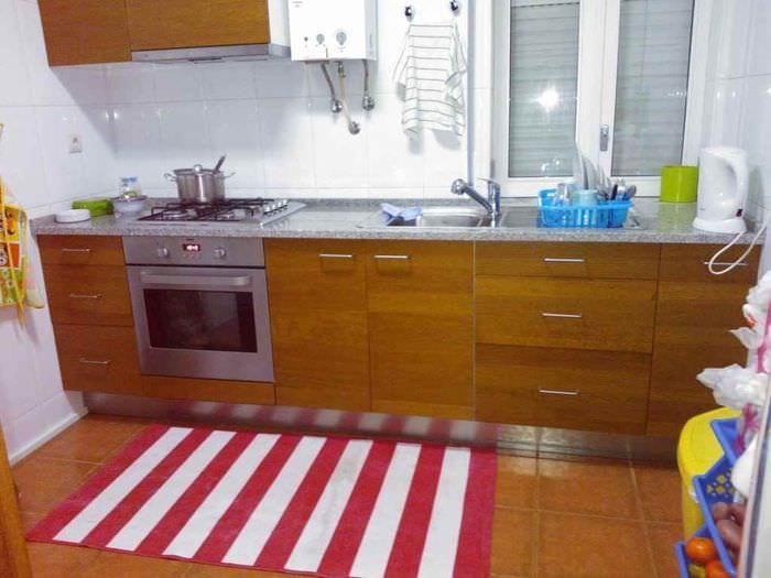 идея светлого стиля кухни с газовой колонкой