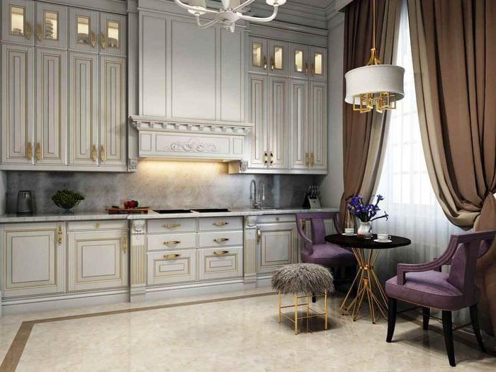 идея светлого интерьера кухни в классическом стиле