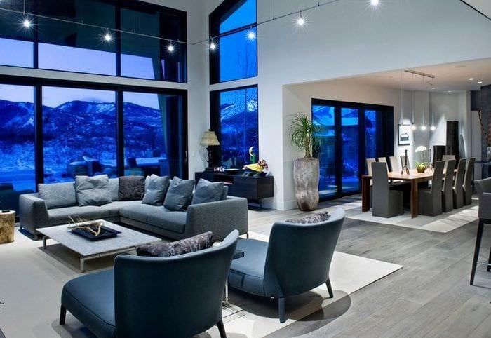 серый ламинат в большой гостиной