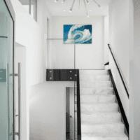 светлый дизайн лестницы в доме