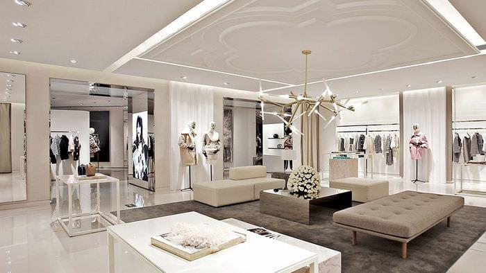 светлый дизайн магазина одежды