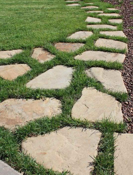 пример использования необычных садовых дорожек в дизайне двора