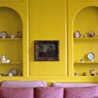 вариант применения яркого желтого цвета в дизайне комнаты фото