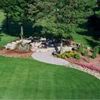 вариант применения ярких садовых дорожек в дизайне двора картинка