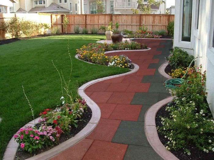 идея использования ярких садовых дорожек в ландшафтном дизайне