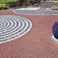 пример применения ярких садовых дорожек в дизайне двора картинка