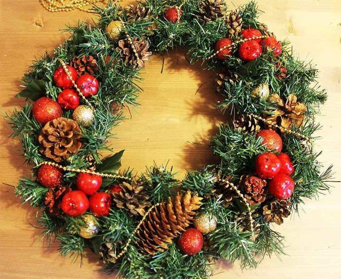 вариант использования яркого декора новогоднего венка своими руками