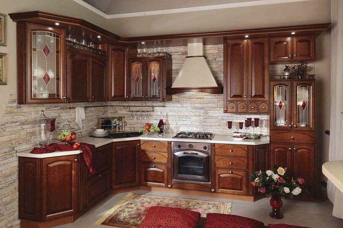 пример яркого стиля кухни в классическом стиле
