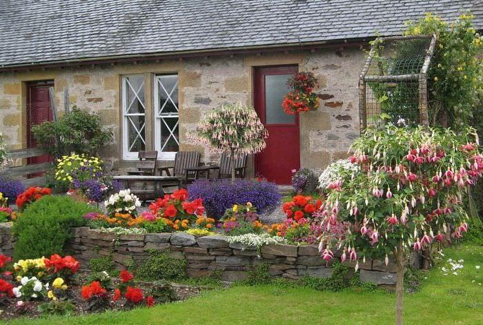 идея красивого декора палисадника в частном дворе