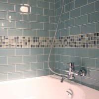 пример яркого интерьера укладки плитки в ванной комнате фото