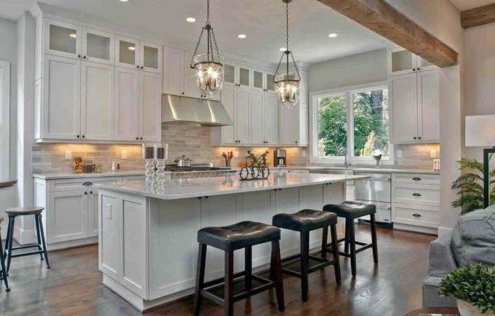 идея необычного стиля кухни в загородном доме